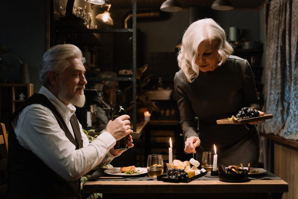 para starszych ludzi wspólnie je romantyczną kolację w domu