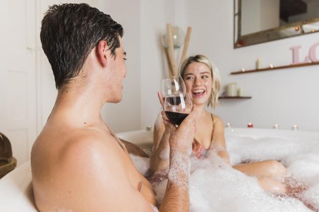 para kochanków pije wino w wannie