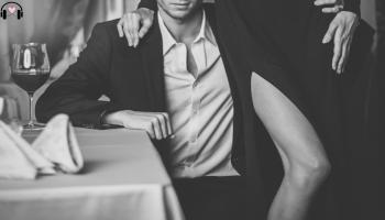 elegancki mężczyzna i obejmowany przez kobietę