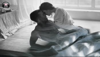 kobieta i mężczyzna w łóżku, para całująca się w pościeli
