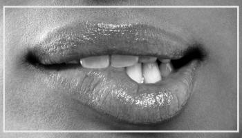 usta kobiety zagryzane w seksowny i erotyczny sposób