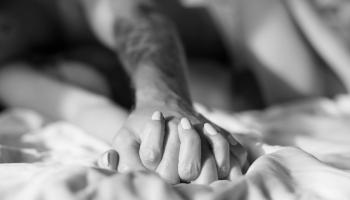 splecione ręce pary w łóżku