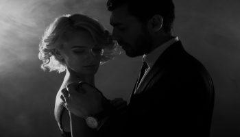czarno-białe zdjęcie pry, która tańczy sensualny taniec