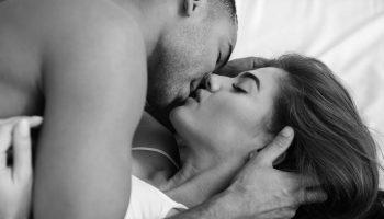 gorący pocałunek kochanków w łóżku
