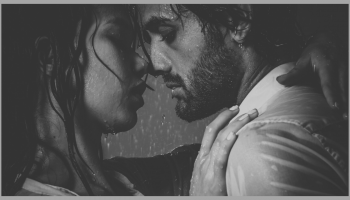 para kochanków w deszczu